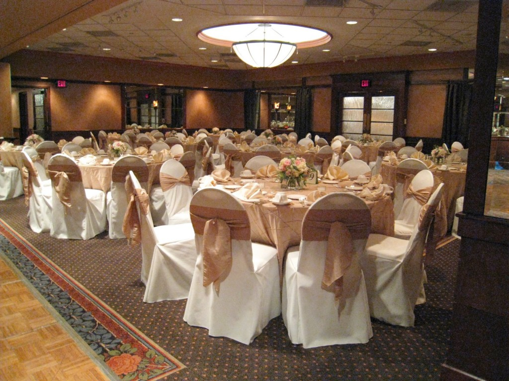 Simple ideas to transform your dining room table for Table and chair decorations for weddings