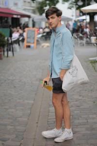 boy-wearing-tote