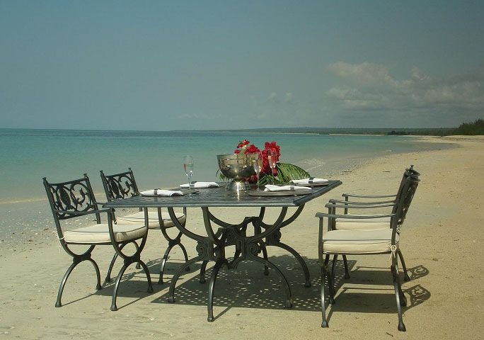 lunch-table-sea-side
