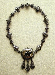 Where to Buy Attractive Antique Necklaces