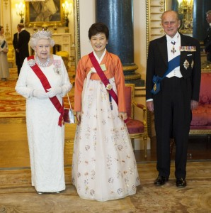queen-elizabeth-ii_tiaras_jewellery--w=1200 (1)