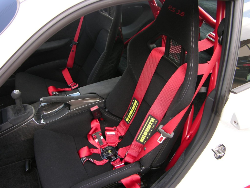 Bucket_seat_with_Schroth_six-point_harness_in_a_2010_Porsche_997_GT3_RS_3.8