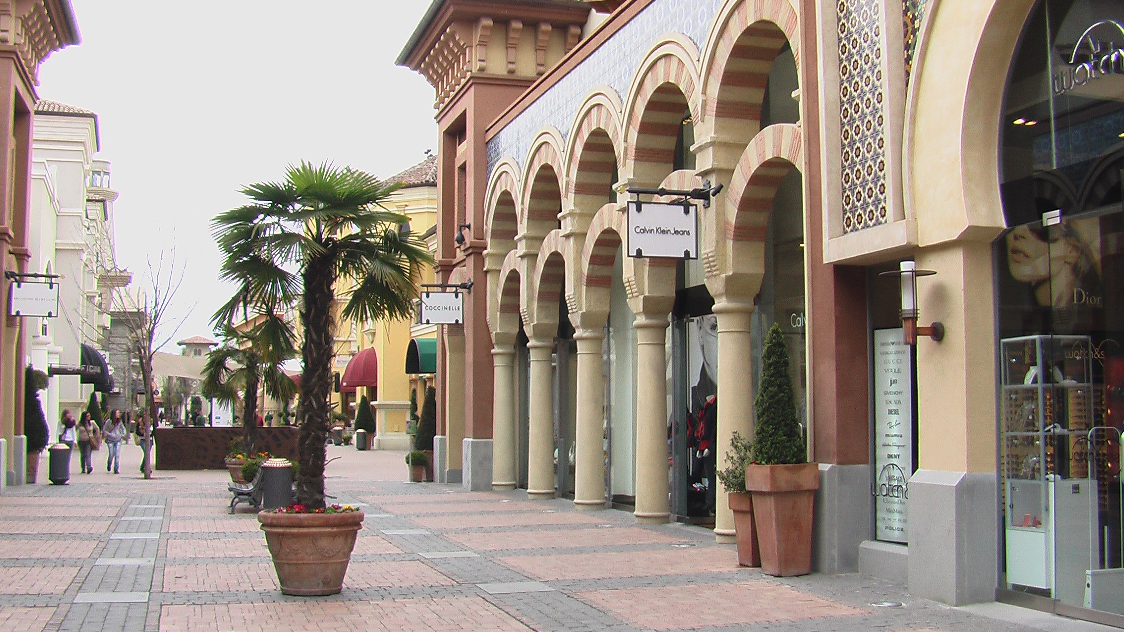 When and where to shop in milan for Outlet near milan