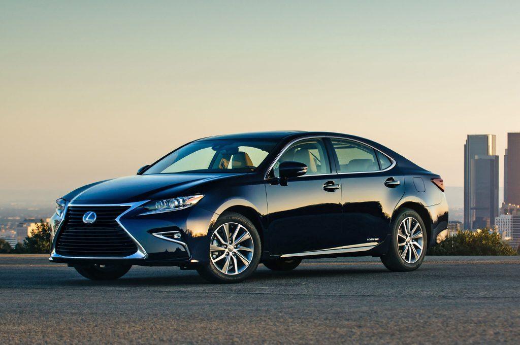 2017-Lexus-ES-300h-front-three-quarter-in-motion